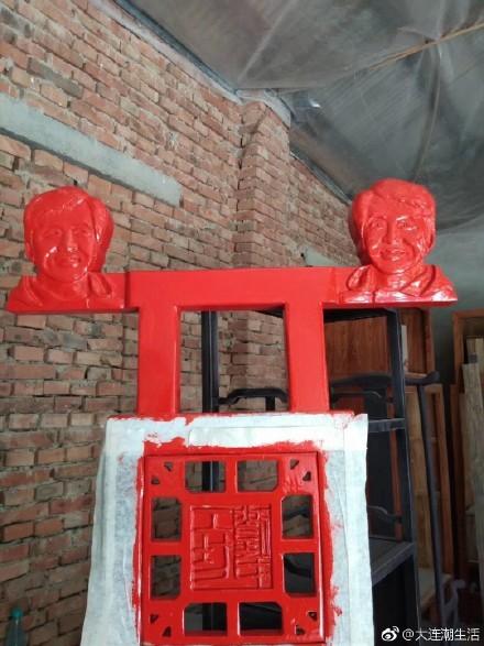 近日中國網路上瘋傳一張有「成龍頭」的高背椅子。(圖擷取自大連潮生活微博)