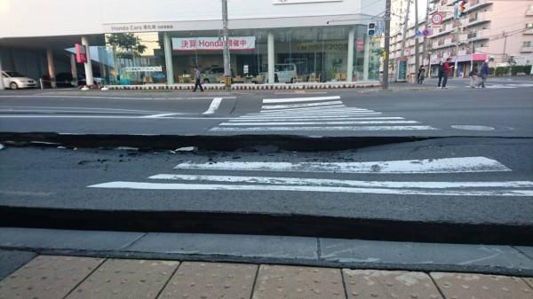 受到地震影響,道路嚴重龜裂。(圖擷取自推特)