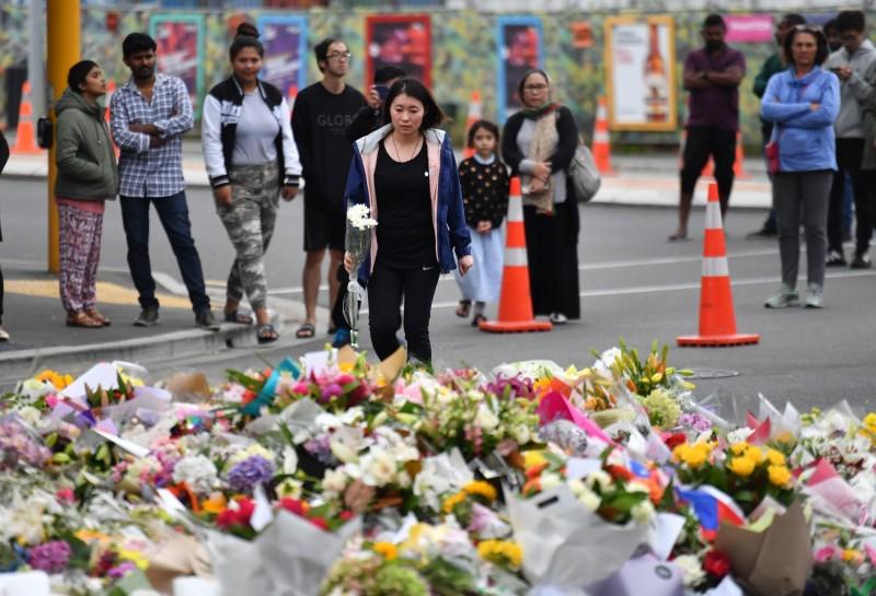 紐國恐攻發生後,民眾紛紛上街獻花悼念亡者。(歐新社)