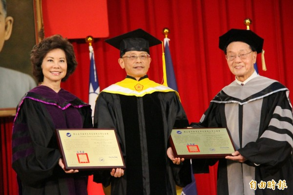 海大校長張清風(中)今年曾經頒發名譽博士學位給「華人船王」趙錫成(右)、美國首位亞裔勞工部長趙小蘭(左)。(資料照,記者林欣漢攝)