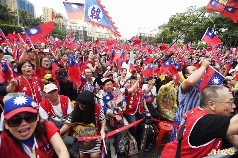 高雄市長韓國瑜粉絲昨(1日)在台北凱達格蘭大道舉行誓師大會,有YouTuber「長男次男」在現場採訪到兩名「臥底」正妹。(資料照)