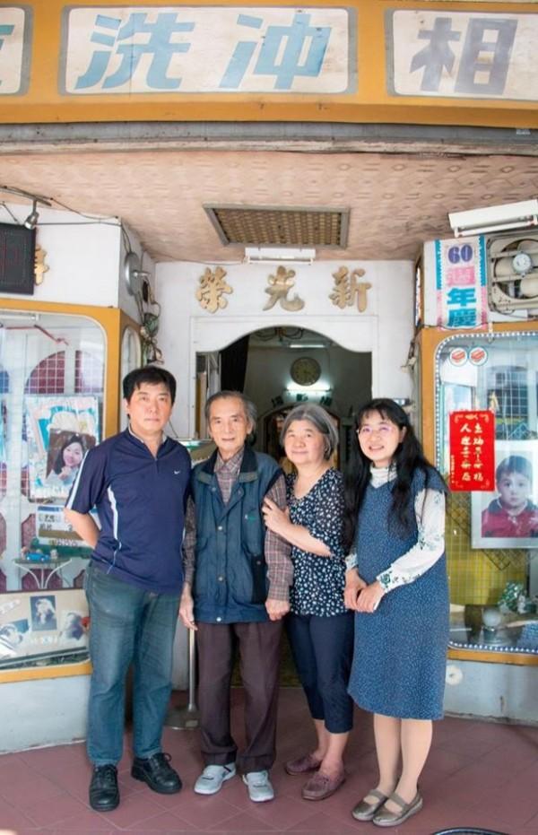 台南市南門路上有家「新光榮照相館」,這家相館從外觀到裡面的陳設都維持在70年代時的樣貌,老闆是方榮靈先生、85歲,照相經驗60年。(南藝大提供)