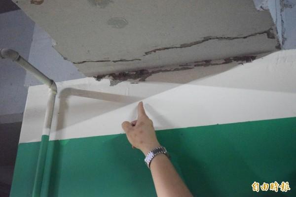 板橋浮洲合宜宅A2區地下室樑柱,被住戶指控多處裂縫,令人擔心。(資料照 )