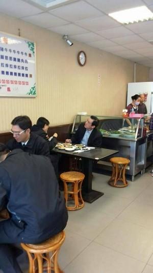 羅智強在臉書PO出馬英九和周美青到牛肉麵店用餐的照片。(圖擷取自羅智強臉書)