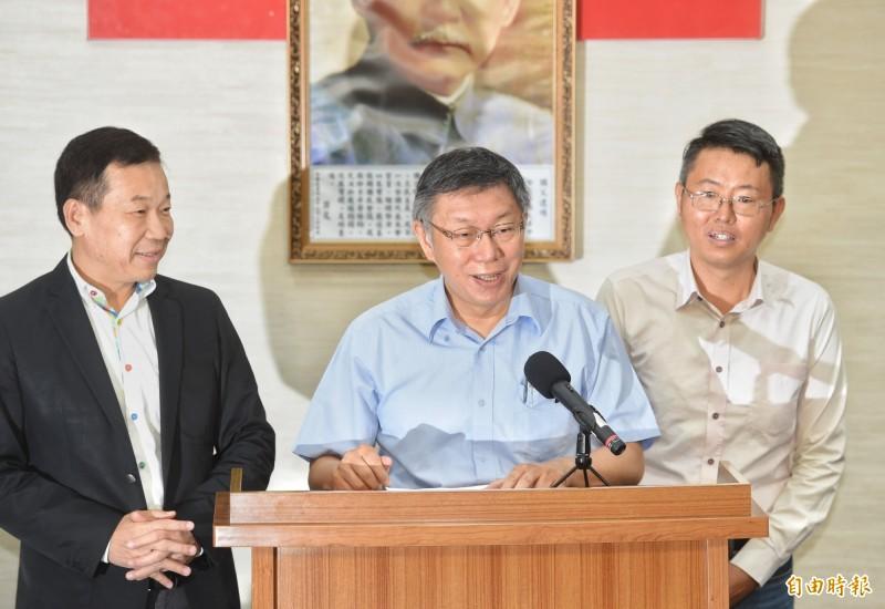 柯文哲說明籌組「台灣民眾黨」,市議員鍾小平(左)與徐立信(右)陪同。(記者方賓照攝)