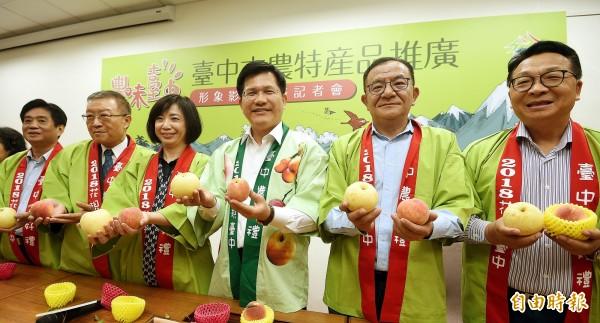 「台中市農特產品推廣暨形象影片發表」記者會4日在台北舉行,台中市長林佳龍(右三)與立委一起行銷台中市農特產。(記者方賓照攝)