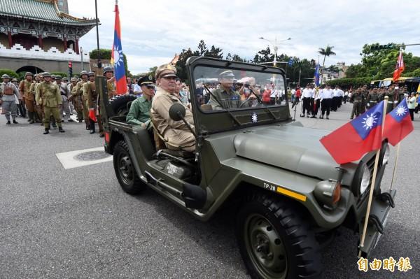 總統府前12日舉辦612凱道閱兵向全民致敬活動,TRG台灣重演團體二戰服儀隊依序演出。(記者簡榮豐攝)