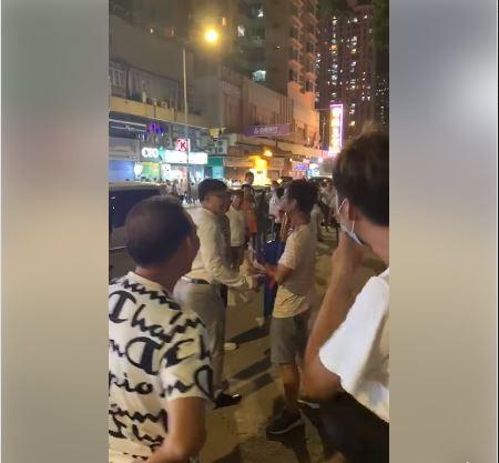 香港元朗地鐵站昨(21)半夜竟再爆出嚴重流血事件,不過,有港民爆出立法會的建制派議員何君堯昨晚還與這些毆打市民的白衣人士握手問候,讓港民們看到後紛紛怒批「仆街」。(圖擷取自「香港突發事故報料區」)