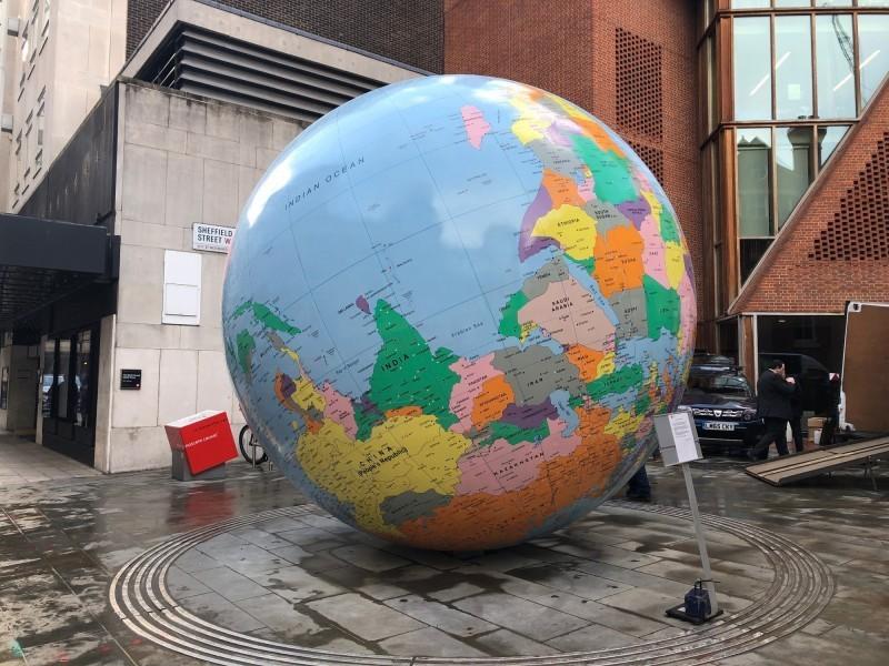 總統蔡英文的母校倫敦政經學院(LSE)校內,一座地球裝置藝術將台灣、中國標為同一顏色,引發台灣國人不滿。(中央社)