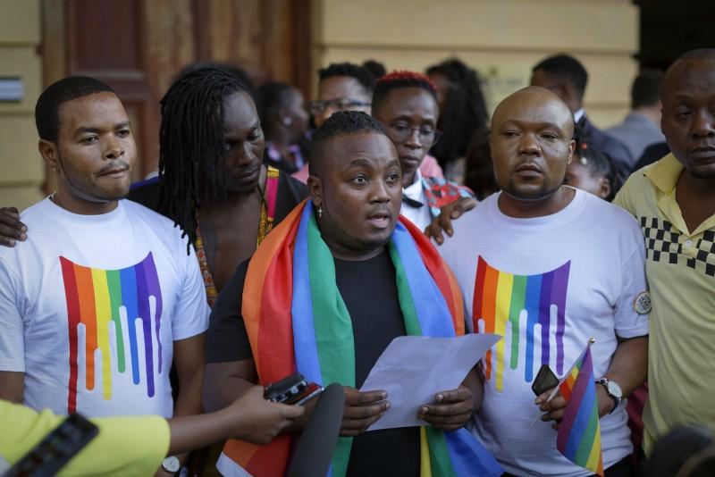 支持LGBT的代表在肯亞奈洛比高等法院做出裁決後宣讀聲明。(歐新社)