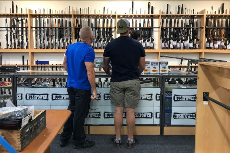 紐西蘭總理阿爾登(Jacinda Ardern)表示,槍枝改革已醞釀數十年,將交由國會實現。圖為基督城槍枝用品店。(路透檔案照)