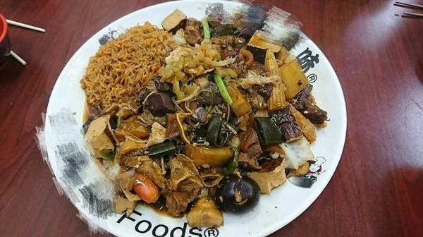 墾丁大街上的一家滷味店遭民眾指控,一盤滷味要價920元,而且不好吃,引起網路熱議。(圖擷取自臉書)
