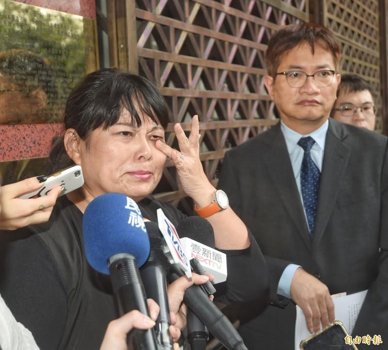 紙風車文教基金會副執行長張敏宜8日前往台北地檢署,控告律師葉慶元妨害名譽。張敏宜受訪時,一度激動落淚。(記者方賓照攝)
