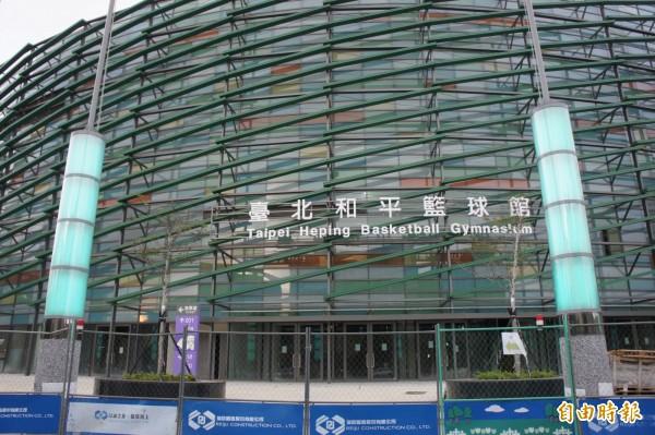 柯文哲表示目前場館完工率達98%,其中台北和平籃球館,已進入驗收階段,將於5月18日完工。(資料照,記者黃建豪攝)