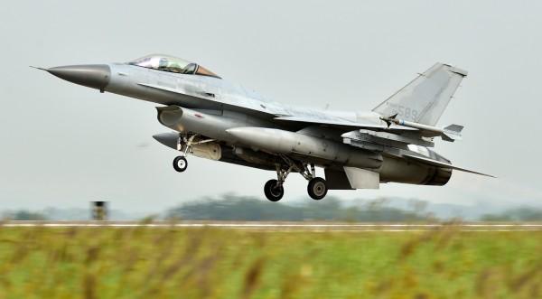又傳中國軍機擅闖南韓防空識別區,韓國國防部在今天(10月29日)表示,中國有架軍機在今天上午於韓國的防空識別區來回逗留約4.5小時。圖為韓國空軍擁有的KF-16。(歐新社)