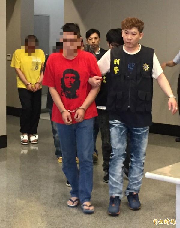 警方將33歲張姓槍毒犯,以及在張嫌租處開毒趴的阮姓、林姓及吳姓毒友一塊送辦。(記者陳恩惠攝)
