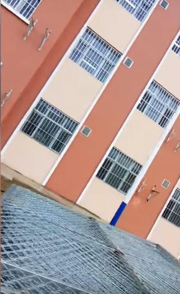 這些建物結構方正,對外窗上均設有金屬欄杆及鐵網,防止遭關押者逃亡或與他人進行物資交流。(擷取自YouTube)