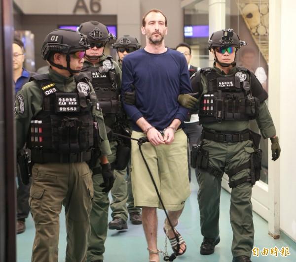 永和分屍案主嫌、綽號「OZ」潛逃菲律賓的美籍刺青師Mayer Oren Shlomo(中文名:孫武生)今晚從菲律賓押解回台。(記者姚介修攝)