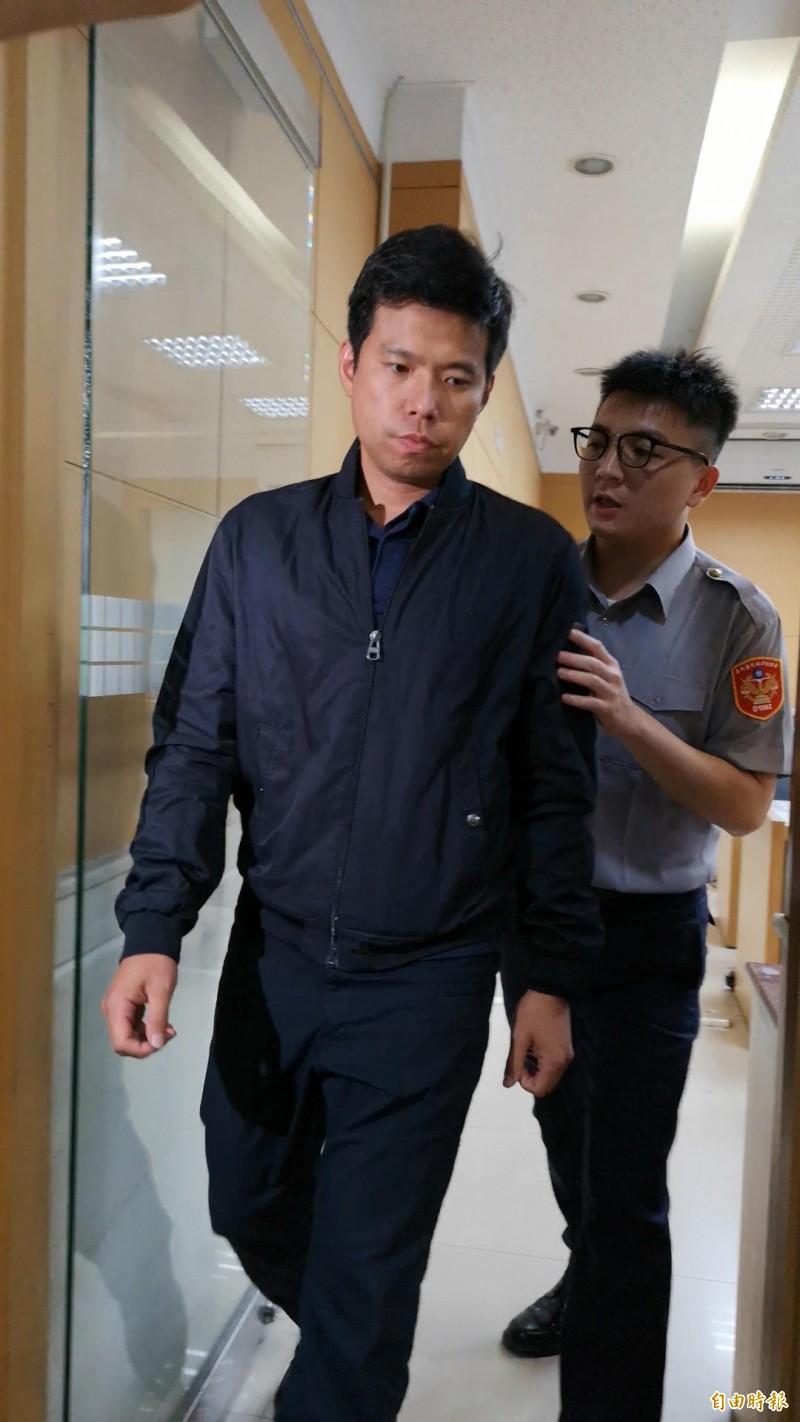 國安局少校吳宗憲(左)等10人,今天凌晨陸續被移送北檢複訊。(記者錢利忠攝)
