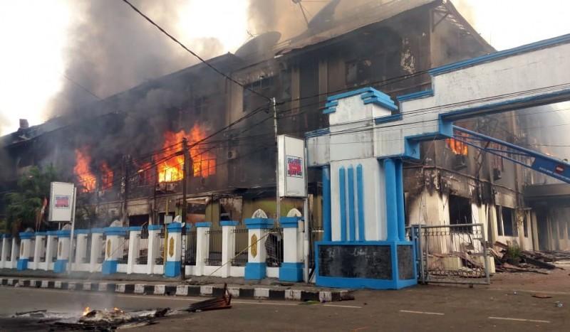 西巴布亞省曼諾夸里(Manokwari)的當地議會大樓被燒毀。(歐新社)