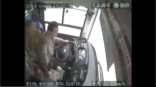 日前重慶大巴墜江案,經調查發現是因為司機、乘客間的衝突所致,其實在中國,乘客與司機經常發生衝突事件。(圖擷取自YouTube)