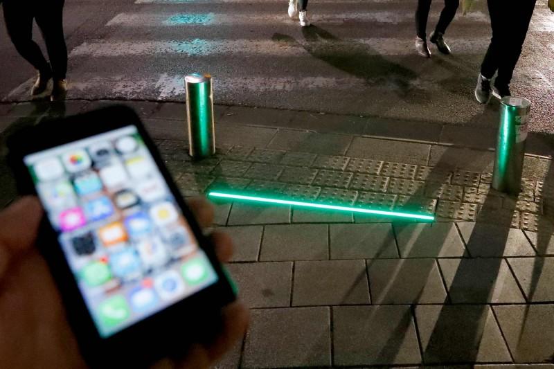 以色列特拉維夫近日在城市安裝地面的LED燈,希望讓低頭族注意周遭的交通狀況。(法新社)