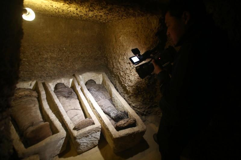 埃及近期發現了2500年前大祭司的石棺,「探索頻道」(Discovery)與埃及文物部合作,竟在網路上直播2小時的開棺歷程,激起了一陣考古熱潮。(歐新社)