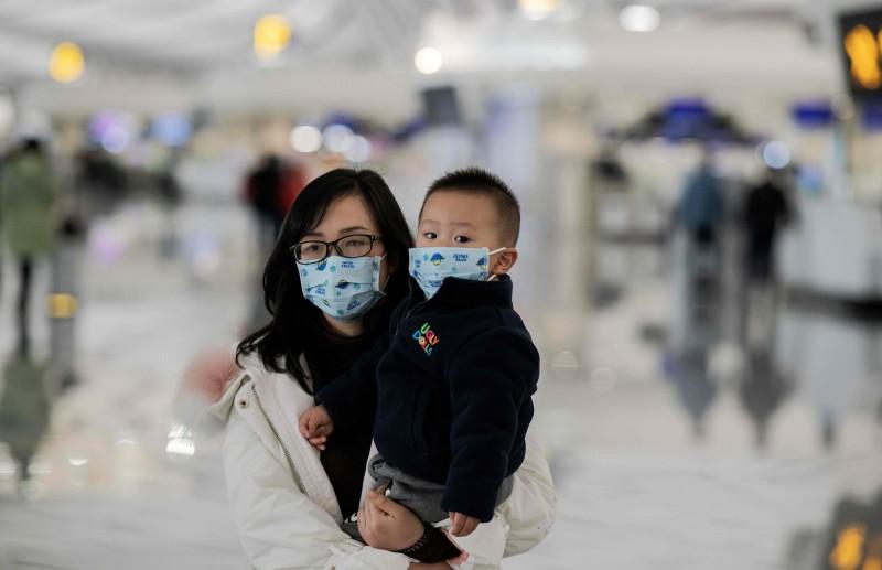 中國武漢疫情擴大,人人戴上口罩防範。(法新社)