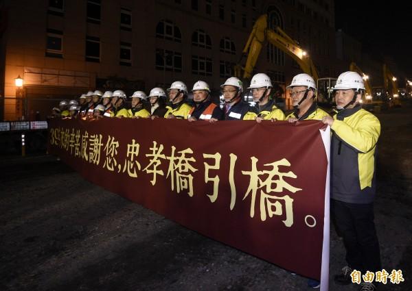 台北市副市長林欽榮到場將橋牌拆除後,下令正式開始拆除工程。(記者陳志曲攝)