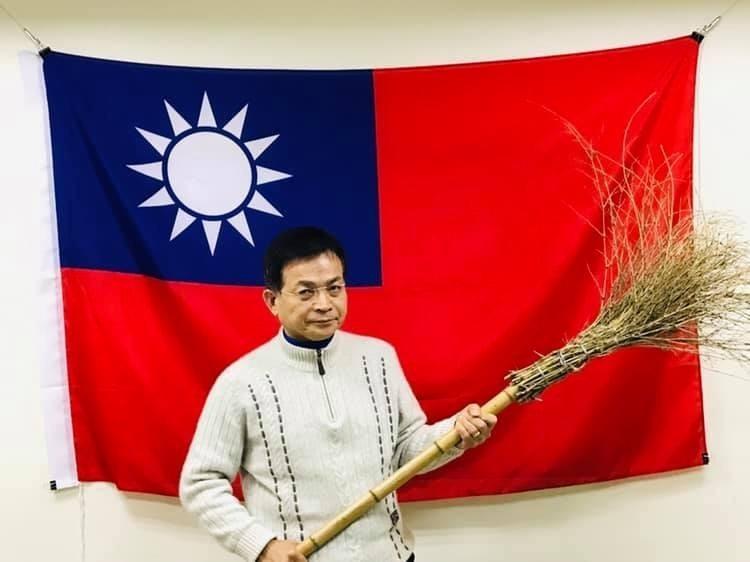 賴士葆將蘇貞昌的「掃把應戰」回應曲解為「原來掃把可以當作武器捍衛中華民國」,還大酸「下次國防預算要多編一些經費採購掃把。」(圖擷取自賴士葆臉書)