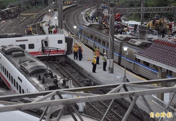 台鐵普悠瑪號列車21日傍晚在宜蘭縣新馬車站出軌翻覆,台鐵人員徹夜搶修,22日清晨5時搶通單線雙向通車。(記者黃耀徵攝)