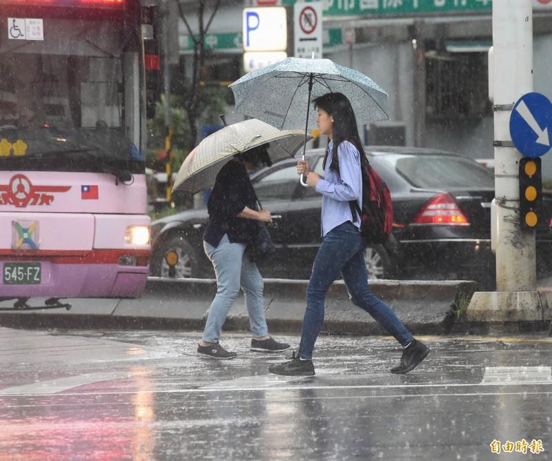 中央氣象局預估,明天全台變天,轉為有雨的天氣型態,時雨時晴,預估週二鋒面掃過台灣,各地天氣極不穩定,整天有陣雨或雷雨機率,且不排除有局部大雨發生。(資料照,記者方賓照攝)