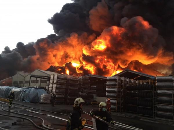 位於桃園市中壢區的泰豐輪胎廠於今下午3點39分發生火警,1樓鐡皮廠房火勢一發不可收拾。(中央社)