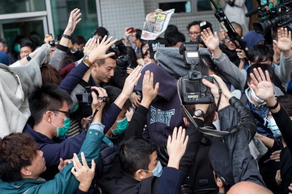 今日上午,九龍法院開庭偵訊被捕的37人,法庭外擠滿記者和聲援民眾。(歐新社)