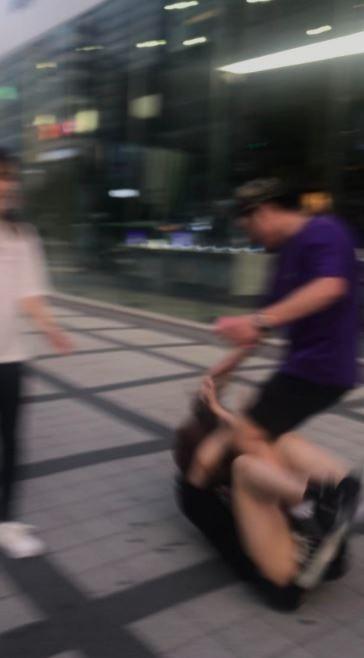 日本妹被打翻在地。(圖擷自みゆりん推特)