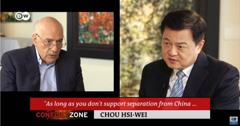 周錫瑋接受《德國之聲》訪問時,周錫瑋堅持只要「反台獨」,中國就不會攻擊。(圖片擷取自YouTube「DW News」)
