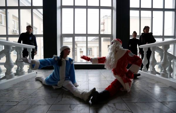 白俄羅斯人裝扮成俄羅斯耶誕童話當中的「雪老人」(圖右)與「雪女」(圖左)。(路透)