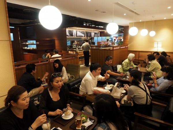 日前1咖啡廳老闆在PTT上徵人,列出的待遇不錯,只是無奈表示「店裡的生意不太好...所以真的很閒」,讓網友大讚「佛心老闆」。圖為咖啡廳示意圖。(歐新社)