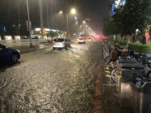 時雨量破百就會淹,氣象專家:不可能做到完全不淹水。圖為松山區的淹水災情。(台北市松山區公所提供)