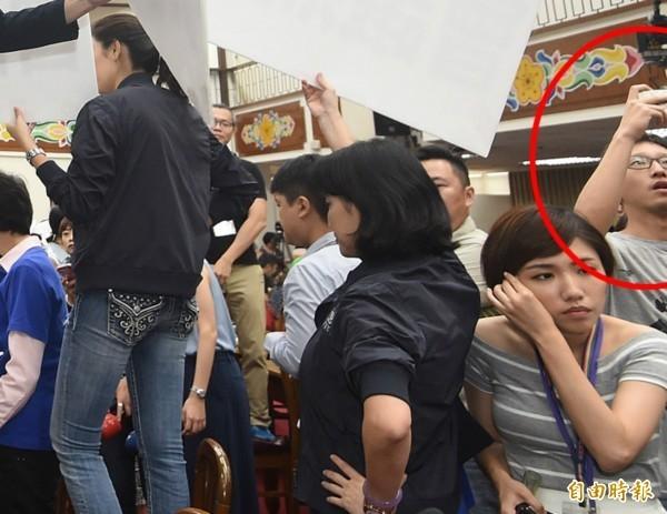 韓男(紅圈處)混在國民黨立委中,跟著丟水球。(資料照,記者廖振輝攝)