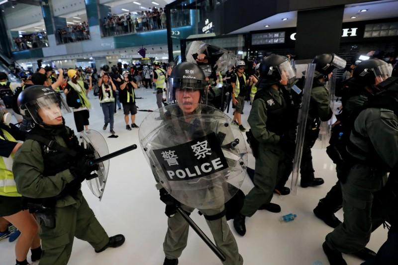 本月14日晚上,香港沙田的商場「新城市廣場」發生嚴重警民衝突事件,造成多人受傷以及被捕。(路透)
