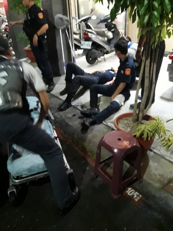 高市保大特勤中隊雷虎59警組警員洪晉揚、施建安及林侑廷等3人,昨夜巡邏遭通緝犯謝男持刀襲擊受傷,目前仍有2人住院中。(高雄市警察局提供)