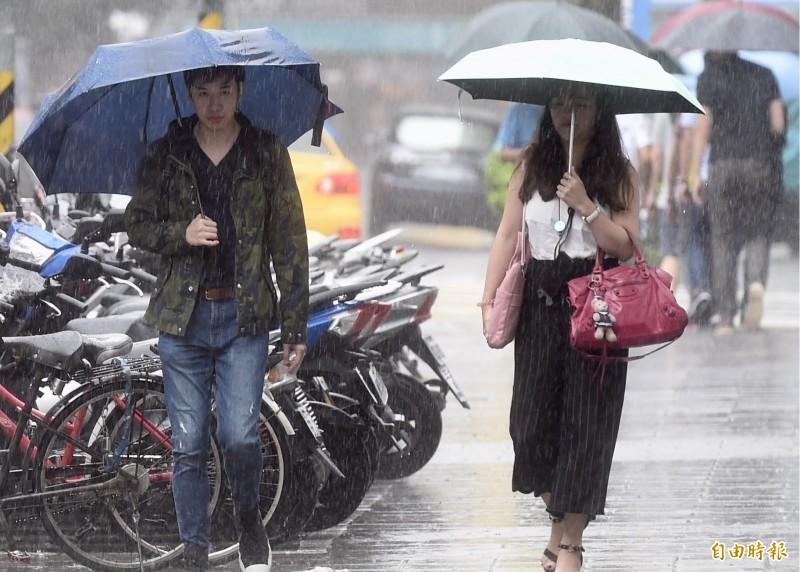 今(13)日對流雲系發展旺盛,鋒面來到台灣北部海面,配合西南風增強,天氣仍不穩定,雨勢較為持續且有局部大雨或豪雨發生的機率。(資料照)