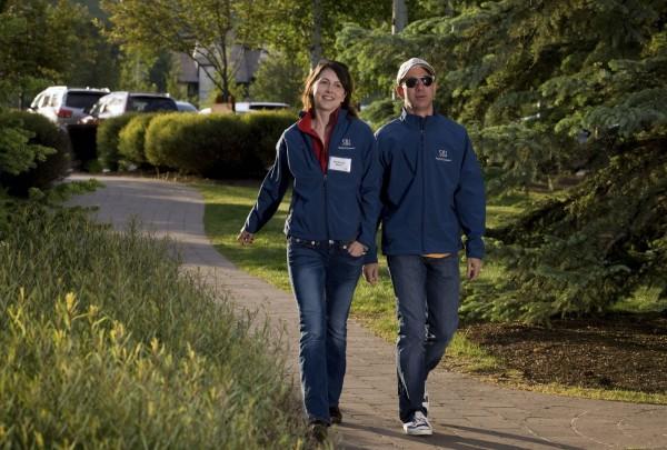 電商龍頭亞馬遜的創辦人兼執行長貝佐斯(圖右)9日宣布與妻子麥肯齊‧貝佐斯(圖左)離婚,有外媒特別列舉了貝佐斯總共約1370億美元(約4.25兆台幣)資產當中的豪華房產。(彭博)