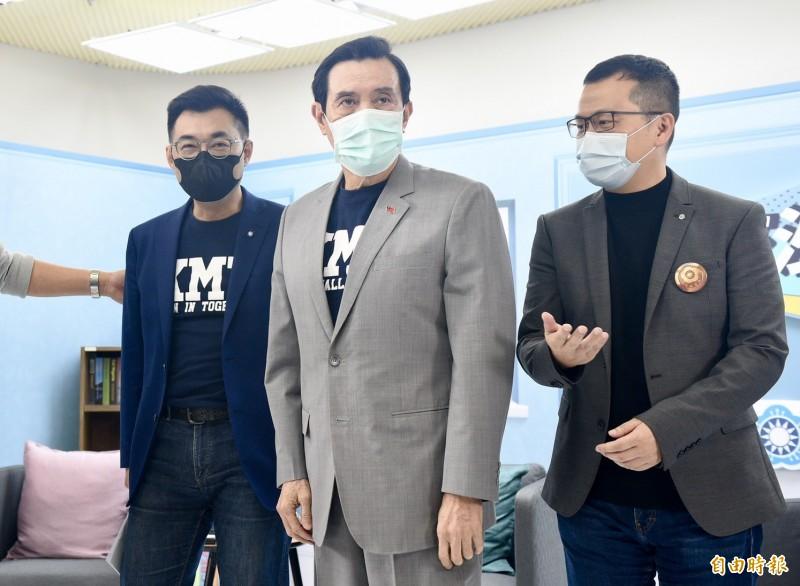 前總統馬英九(中)與國民黨主席江啟臣(左)今晚參加國民黨革實院所舉辦的「未來沙龍講座」。右為革實院院長羅智強。(記者羅沛德攝)