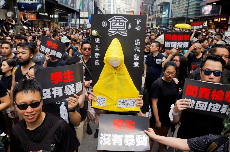 港人要求港府撤銷將日前的示威定性為「暴動」。(路透)