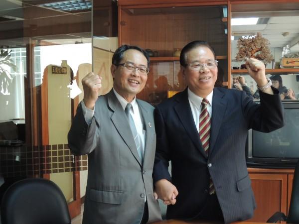 全國退休公教人員總會長謝介銘(右)與洪條根律師共同要求馬雙辭。(記者蔡清華攝)