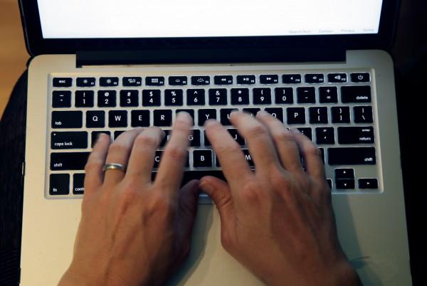 女大生在Dcard上PO文,表示將自己設定的英文線上課程密碼忘了,在嘗試了各種密碼組合與重設認證信都無效後,只好向老師求助。(美聯社)