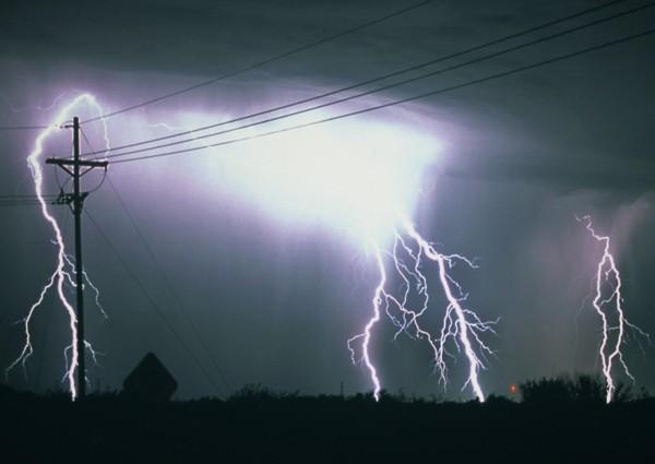 瀋陽居民指出,雷擊當時正在看電視,電表突然跳掉,電視畫面瞬間黑了,還有人親睹「大火球」,撞擊、炸裂自家窗戶玻璃。圖僅示意,與本文無關。(情境照)