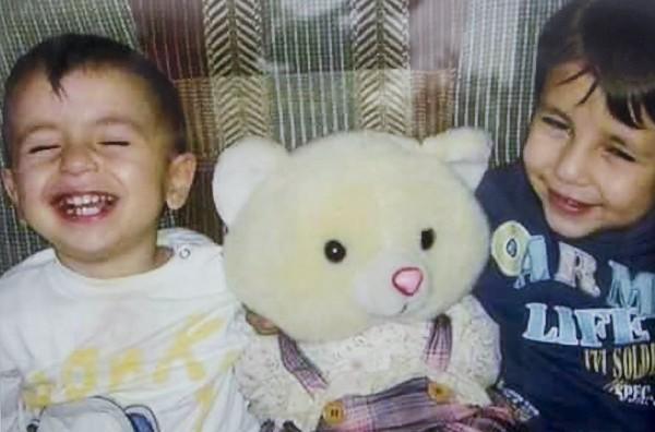 圖左為沉睡在土耳其海岸的3歲男童艾倫,右為5歲哥哥加利普,兩人皆在船難中罹難。(路透)